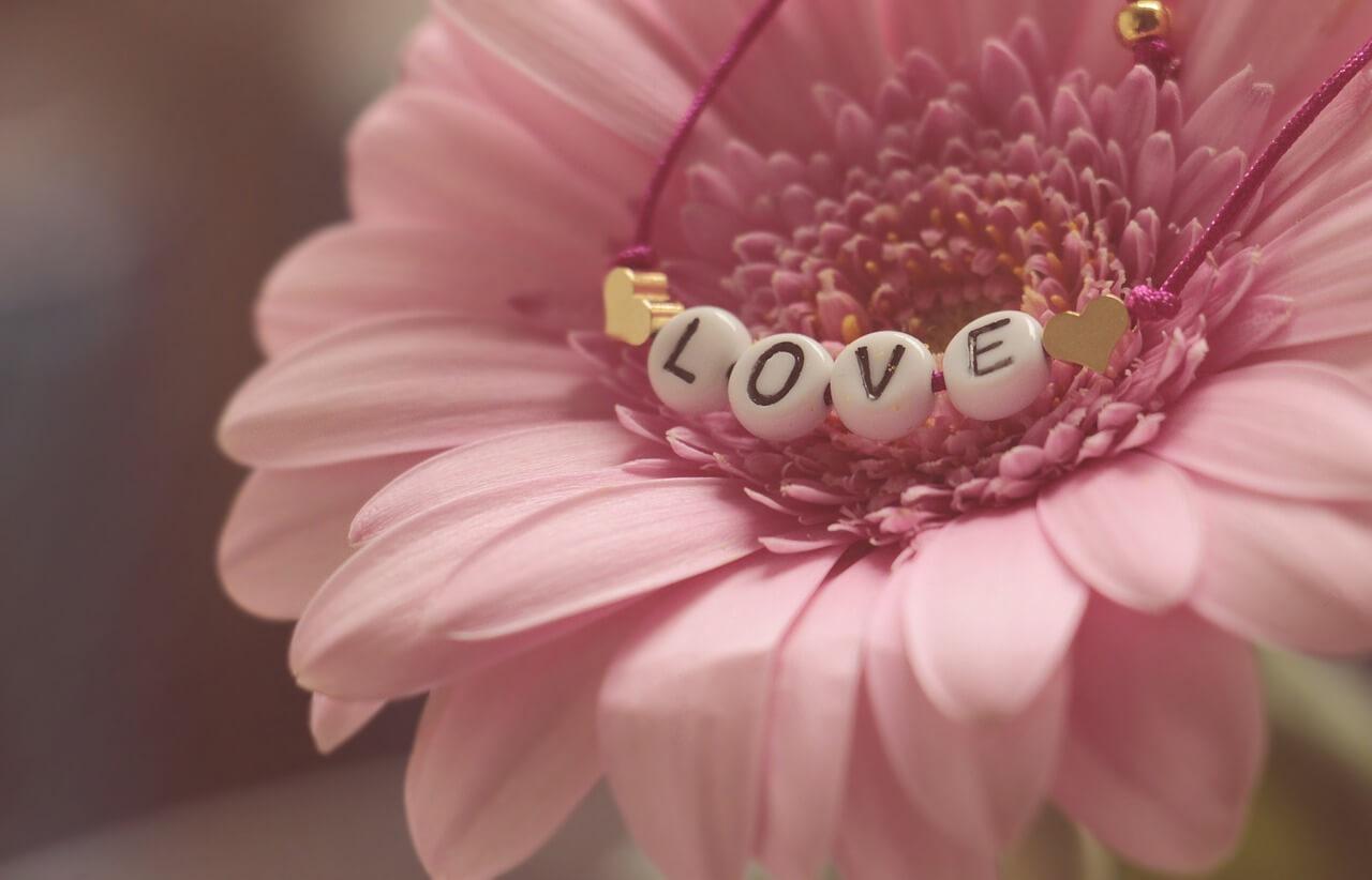 バレンタインのスペルを筆記体で!略したら?ハッピーバレンタインの意味と2020年バレンタインとホワイトデーが何曜日か調べてみた。